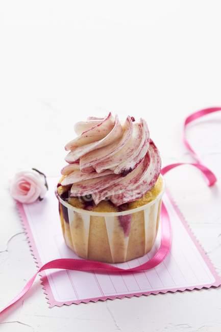 Himbeer-Joghurt-Cupcake auf Postkarte — Stockfoto