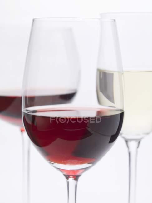 Copas de vino tinto y vino blanco - foto de stock