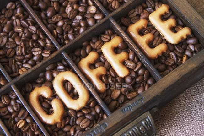 Palabra 'café' escrita de frijoles - foto de stock
