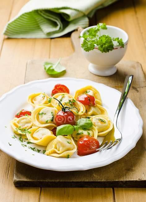 Tortellini con pomodori — Foto stock