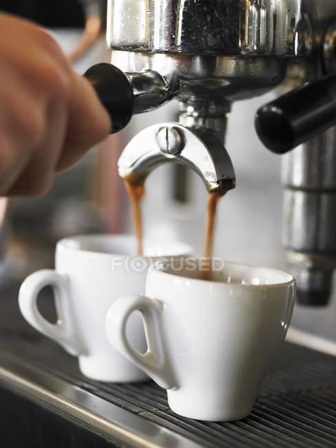 Производство эспрессо с кофеваркой — стоковое фото