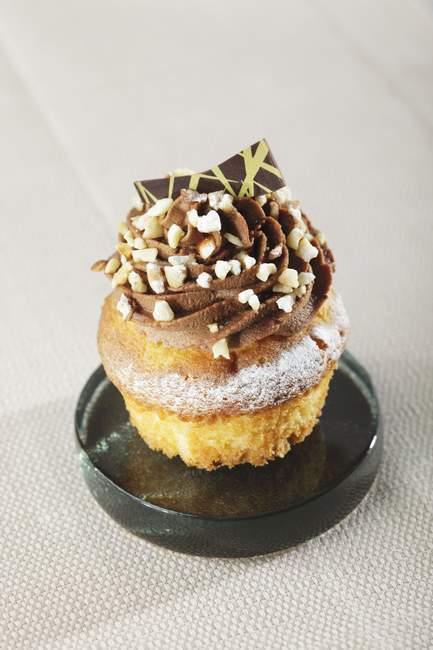 Кекс, оформленный с шоколадным кремом — стоковое фото