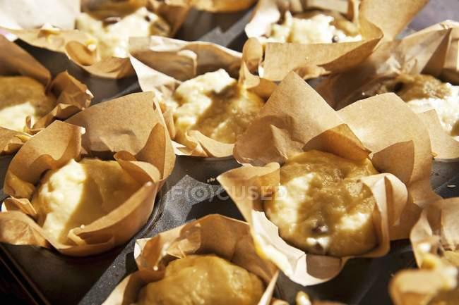 Mezclan de muffins en casos listos para hornear - foto de stock