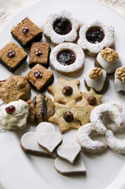 Vários biscoitos na chapa — Fotografia de Stock