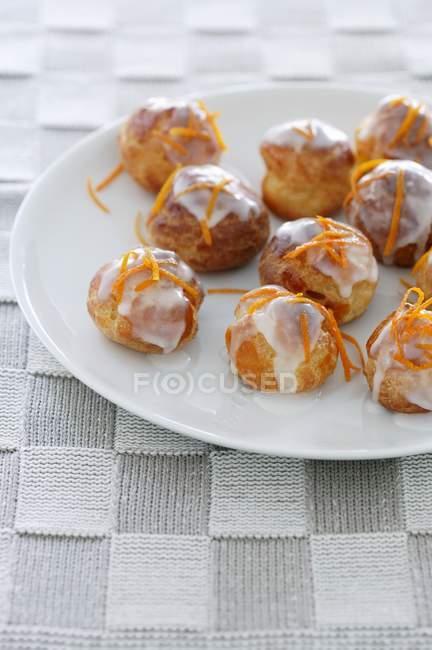 Profiteroles con azúcar glas - foto de stock