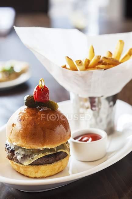 Cheeseburger avec fromage Comt — Photo de stock