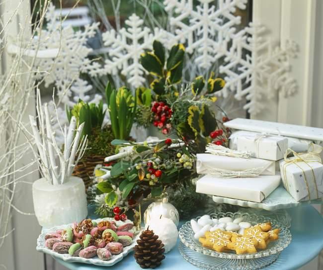 Рождественский стол с цветами — стоковое фото