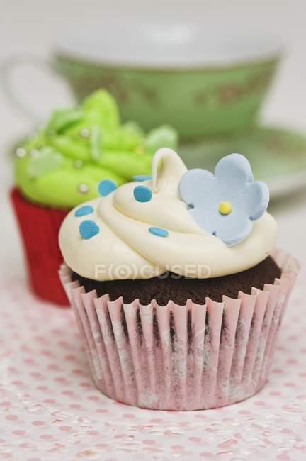 Cupcakes decorados com flores de açúcar — Fotografia de Stock