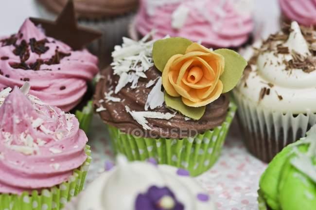 Cupcakes diversos com flores de açúcar — Fotografia de Stock