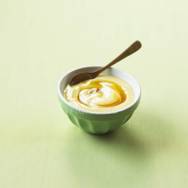 Crema con caramelo de vainilla - foto de stock