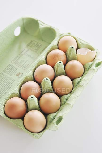 Oeufs frais bruns dans la boîte à oeufs — Photo de stock