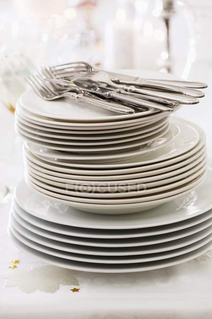 Large stack of plates on table — Stock Photo
