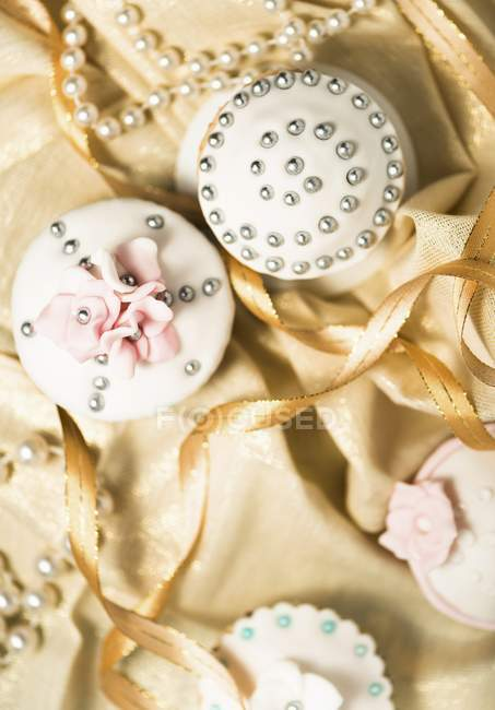 Cupcakes decorated with silver pearls — Stock Photo