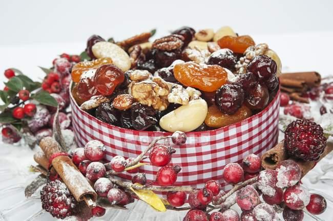 Рождественский торт украшен фруктами — стоковое фото