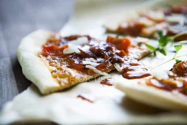 Пицца Пеперони с тертым сыром пармезан — стоковое фото