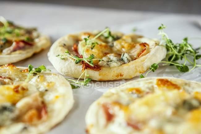 Mini pizzas with gorgonzola — Stock Photo