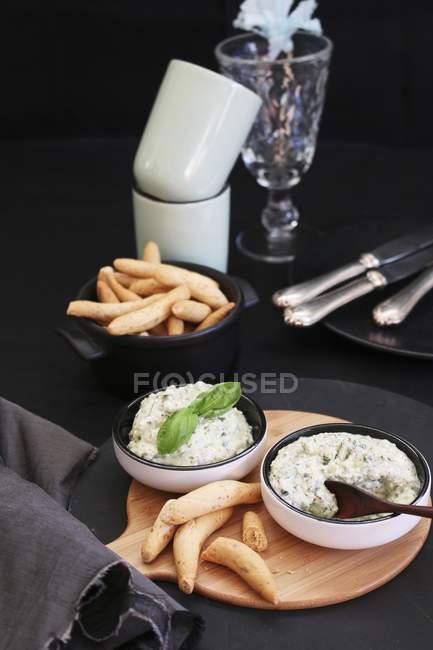 Vista elevata del partito al forno bastoni con crema di basilico — Foto stock