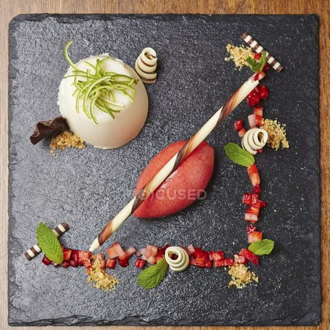 Panna cotta et sorbet fraise — Photo de stock