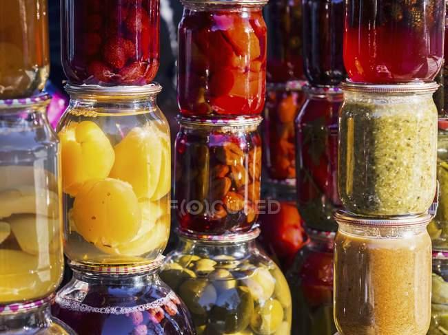 Vasetti di conserve di frutta fatti in casa — Foto stock