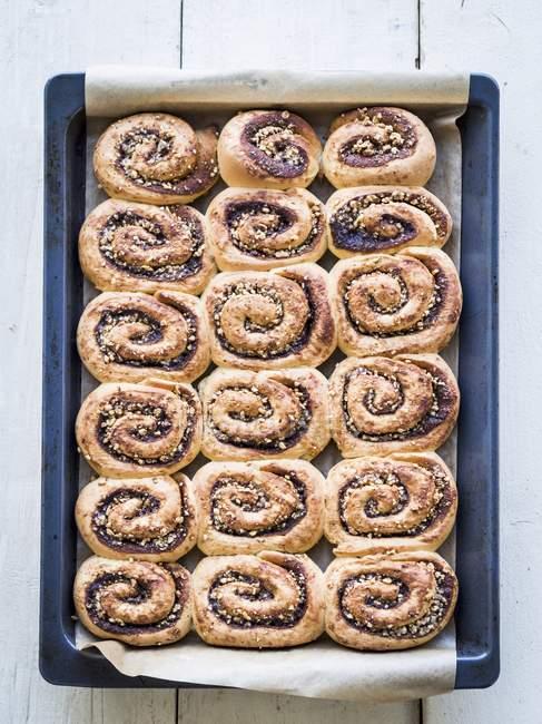 Свежеиспеченные булочки с корицей — стоковое фото