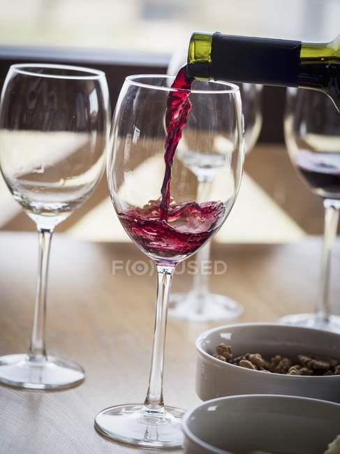 Лить красное вино Саперави в стекле — стоковое фото