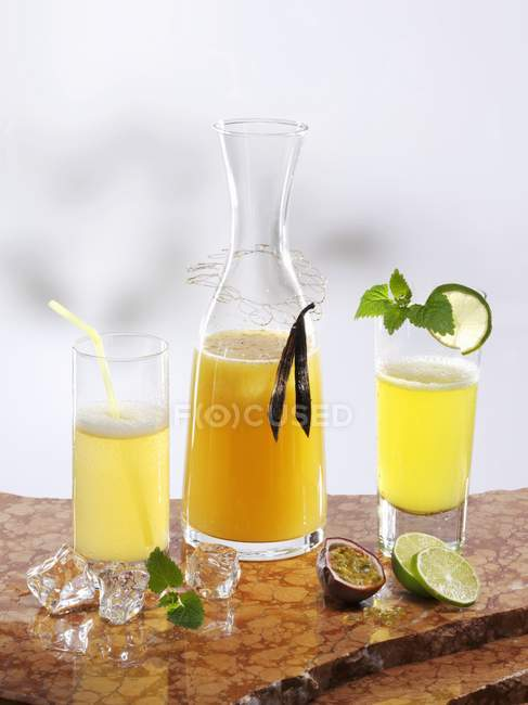 Closeup view of various types of passion fruit lemonade with ginger, vanilla and lime — Stock Photo
