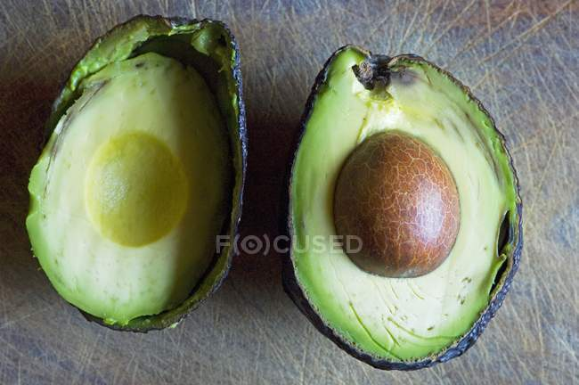 Halved avocado with stone — Stock Photo
