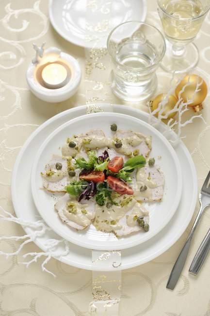 Филе индейки с соусом из тунца — стоковое фото