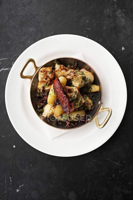 Calamari con patate e olive — Foto stock