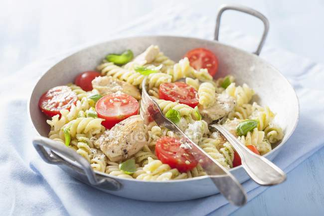 Fusilli pasta with chicken and tomatoes — Stock Photo