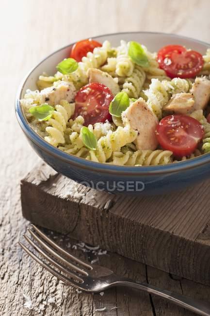 Pastas Fusilli con pollo y tomates - foto de stock
