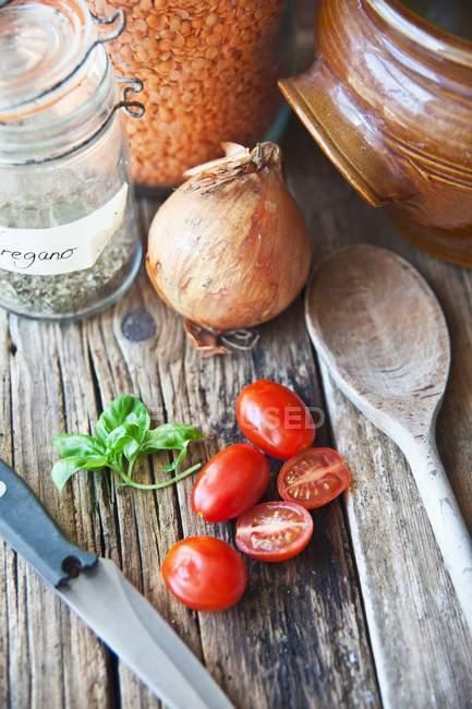 Підвищені подання упорядкування сочевиця, трав і помідорами — стокове фото