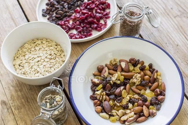 Detailansicht von Nüssen, Samen, Hafer und getrocknete Beeren — Stockfoto