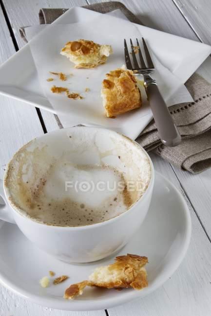 Остатки пены молоко в чашку капучино — стоковое фото