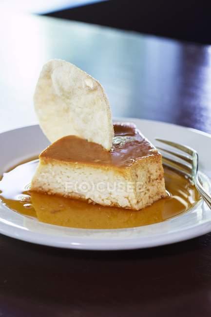 Torta en la salsa de caramelo - foto de stock