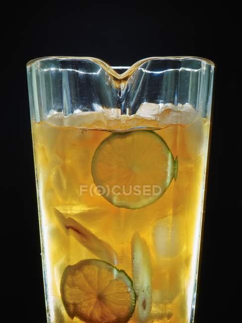 Iced tea with lime and lemongrass — Stock Photo