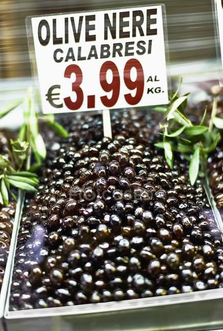 Erhöhten Blick auf schwarze Oliven mit Preisschild — Stockfoto