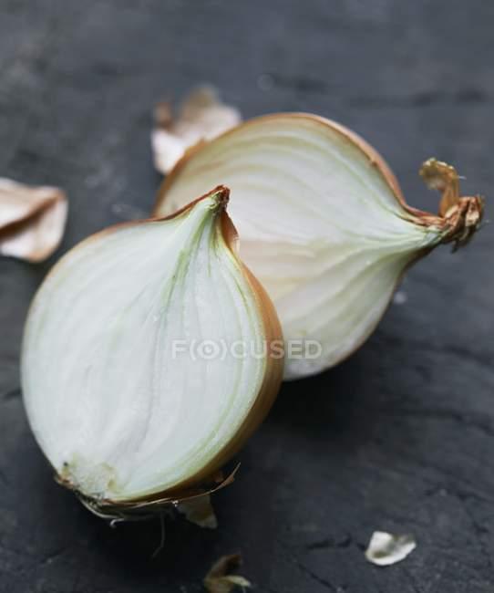 Close-up de cebola cortados ao meio — Fotografia de Stock