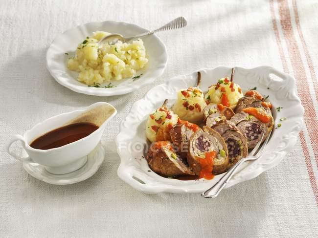 Смажена яловичина roulade заповнені з ковбасою — стокове фото