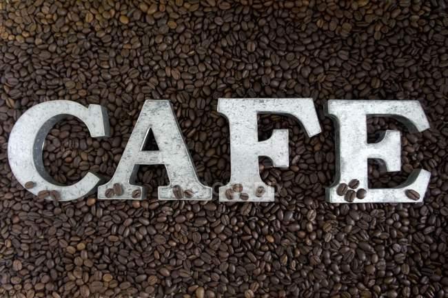 Слово кафе на кавових зерен — стокове фото