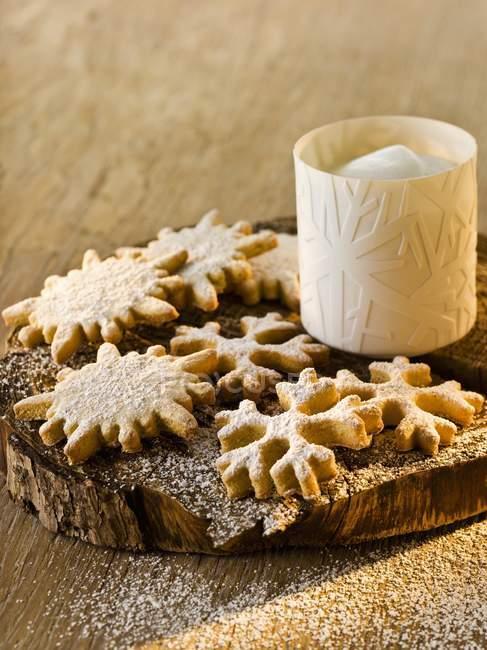 Крупным планом вид аниса и марципан снежинки с сахарной пудрой — стоковое фото