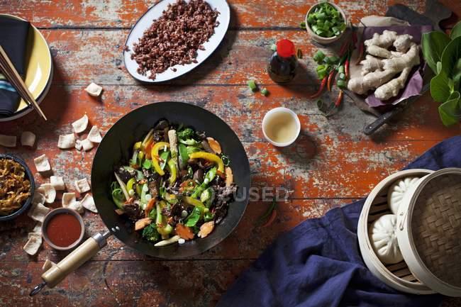 Обжаренная блюдо с кнедликами и рисом — стоковое фото
