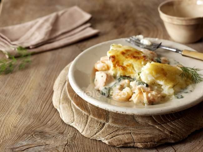 Рыбный пирог с картофельным долива — стоковое фото