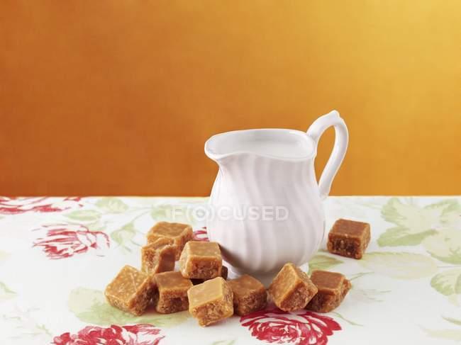 Chocolate e jarro de creme — Fotografia de Stock