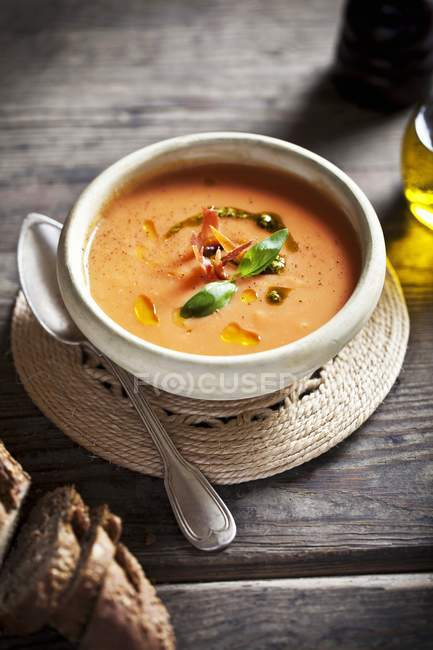 Tomato soup with pesto and basil — Stock Photo
