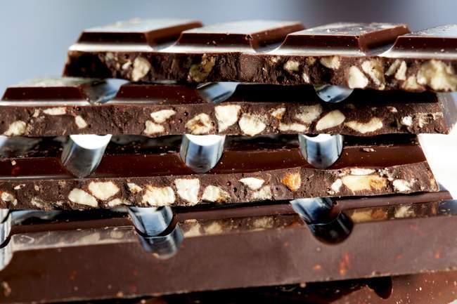 Chocolat noir nougat croquant — Photo de stock