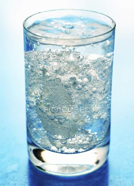 Vidro de água mineral — Fotografia de Stock