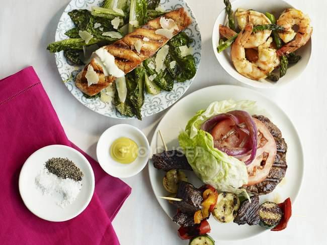 Различные блюда барбекю — стоковое фото