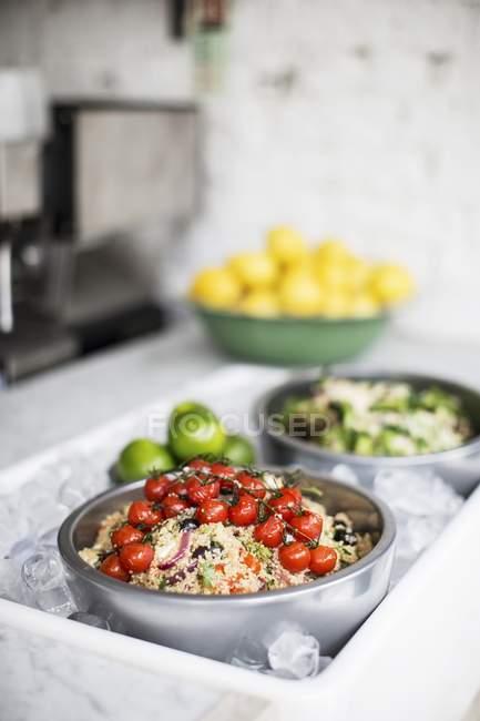 Кус-кус салат з помідорів Смажені корені — стокове фото