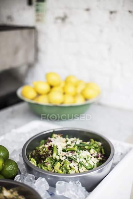 Detailansicht der gemischten Blattsalat mit Mandelblättchen — Stockfoto